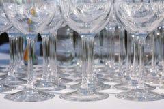 Copas de vino vacías en fila en la tabla del restaurante Fotos de archivo libres de regalías