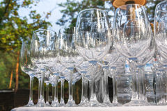 Copas de vino vacías en fila en la tabla del restaurante Imágenes de archivo libres de regalías