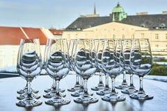 Copas de vino vacías en la fila en la tabla Imagenes de archivo