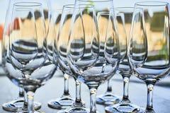 Copas de vino vacías en la fila en la tabla Imagen de archivo