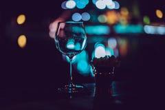 Copas de vino vacías en la tabla en un partido Foto de archivo