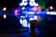 Copas de vino vacías en la tabla en un partido Fotografía de archivo libre de regalías
