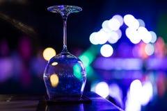 Copas de vino vacías en la tabla en un partido Imagenes de archivo