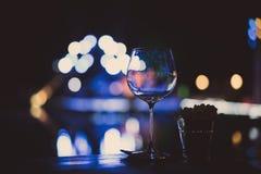 Copas de vino vacías en la tabla en un partido Fotos de archivo libres de regalías