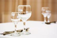 Copas de vino vacías en restaurante Imagen de archivo libre de regalías