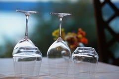 Copas de vino vacías invertidas Fotografía de archivo