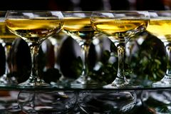 Copas de vino vertidas con la bebida chispeante en el partido fotografía de archivo