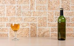 Copas de vino y pared Foto de archivo libre de regalías