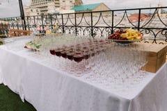 Copas en la tabla para el abastecimiento de la boda Imagen de archivo libre de regalías