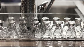 Copas lavadas en fila Fotos de archivo libres de regalías
