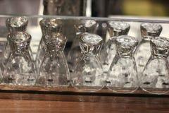 Copas lavadas en fila Fotografía de archivo