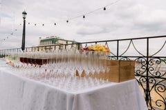 Copas para el abastecimiento de la boda en la tabla al aire libre Fotos de archivo