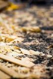 Copeaux de bois et de sciure sur le plancher des travaux du ` un s de charpentier Photo libre de droits