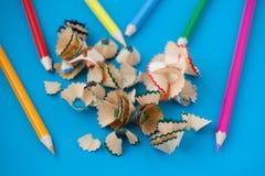 Copeaux de crayon sur la fin de bleu vers le haut Images stock