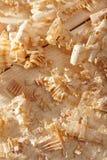 Copeaux en bois sur la surface en bois Photographie stock