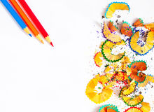 Copeaux et crayons colorés sur le blanc Photographie stock libre de droits