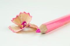 Copeaux roses de crayon sur un fond blanc Photographie stock libre de droits