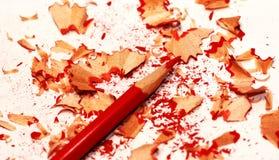 Copeaux rouges de crayon et de crayon Photo stock