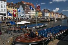 COPENAHGEN/DENMARK 09TH 2007 MAJ - Objeżdża łodzie w Nyhaven zdjęcia royalty free