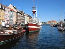 Copenhaga - casas e barcos dianteiros da água Fotos de Stock Royalty Free