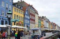 COPENHAGA, DINAMARCA - 31 DE MAIO DE 2017: O canal de Nyhavn Nyhavn é margem, canal e distrito do entretenimento em Copenhaga imagens de stock