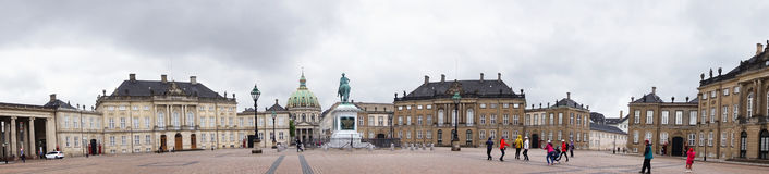 COPENHAGA, DINAMARCA - 31 DE MAIO DE 2017: Quadrado de Amalienborg Slotsplads com uma estátua equestre monumental do fundador do  Fotos de Stock Royalty Free