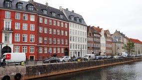 COPENHAGA, DINAMARCA - 31 DE MAIO DE 2017: Vista da rua e do canal de Nybrogade da rua de Vindebrogade, Copenhaga, Dinamarca Fotografia de Stock