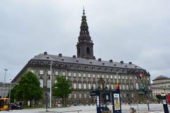 COPENHAGA, DINAMARCA - 31 DE MAIO DE 2017: Vista do palácio do entalhe de Christiansborg da rua de Børsgade com parada do ônibus Imagens de Stock Royalty Free