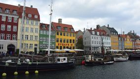 COPENHAGA, DINAMARCA - 31 DE MAIO DE 2017: O canal de Nyhavn É alinhado por barras, por cafés e por restaurantes brilhantemente c filme