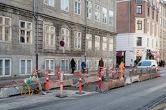 Copenhaga, Dinamarca 28 de novembro de 2018 Reparo da construção de estradas e da estrada imagem de stock royalty free