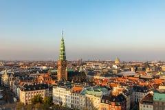 Copenhaga, Dinamarca - em outubro de 2018: Skyline em nivelar a luz Cidade velha de Copenhaga e spiel de cobre de Nikolaj fotos de stock