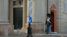 Copenhaga, Dinamarca - em outubro de 2017: soldado do protetor real no palácio de Amalienborg, perto da sentinela-caixa vermelha filme