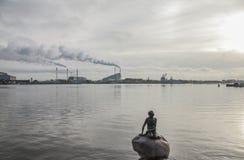Copenhaga, Dinamarca - a estátua pequena da sereia Fotos de Stock
