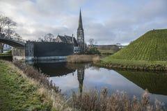 Copenhaga, Dinamarca - uma igreja e sua reflexão Imagens de Stock