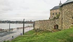 copenhaga Fragmento do castelo de Kronborg, vista bonita da baía, porto e parte da cidade, Dinamarca foto de stock royalty free