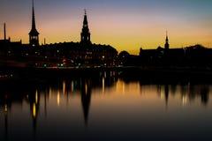 Copenhaga na noite, espelhada na água Fotografia de Stock Royalty Free