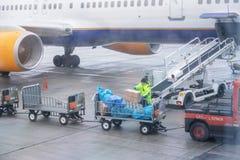copenhagen Дания 29-ое ноября 2018 Обслуживать воздушных судн Багаж пассажиров стоковое изображение rf
