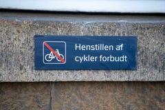 Copenhaghen, Danimarca - 1° aprile 2019: Immagine di un segno a Copenhaghen che chiede alla gente di non lasciare bici qui fotografie stock