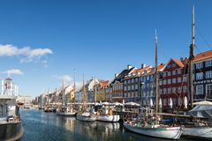 Copenhaghen, Danimarca - 30 aprile 2017: Nyhavn un harb del XVII secolo Fotografia Stock Libera da Diritti