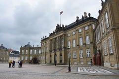 COPENHAGHEN, DANIMARCA - 31 MAGGIO 2017: Quadrato di Amalienborg Slotsplads con le guardie ed i turisti reali, Copenhaghen, Danim fotografie stock libere da diritti