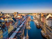 Copenhaghen, Danimarca Nuova via del famouse del canale e di spettacolo del porto Vista aerea del tiro dalla cima fotografia stock libera da diritti