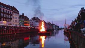 Copenhaghen, la Zelanda Danimarca - 23 giugno 2019: Bruciando la strega sul falò il mezzo del canale di Nyhavn durante il Sanktha stock footage