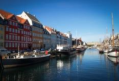 Copenhague coloreó edificios en su río Imágenes de archivo libres de regalías