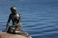 Copenhague, Danemark - 23 juillet 2016 : La statue célèbre de la petite sirène à Copenhague Image libre de droits