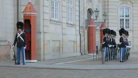 Copenhague, Danemark - octobre 2017 : les soldats des gardes de vie royales se tiennent à l'endroit devant le palais d'Amalienbor clips vidéos
