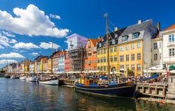 COPENHAGUE, DINAMARCA - 29 DE MAYO: Barcos en Nyhavn el 29 de mayo de 2014 adentro Foto de archivo libre de regalías