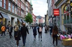 COPENHAGUE, DINAMARCA - 31 DE MAYO DE 2017: calle principal en Strøget, peatón, área de compras libre del coche en Copenhague Foto de archivo
