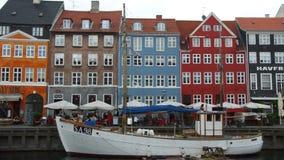COPENHAGUE, DINAMARCA - 31 DE MAYO DE 2017: El canal de Nyhavn Es alineado por las barras, los cafés y los restaurantes brillante almacen de metraje de vídeo