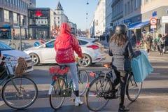 Copenhague, Dinamarca 27 de noviembre de 2018 Ciclistas que esperan los semáforos en centro de ciudad fotografía de archivo