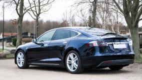 COPENHAGUE, DINAMARCA, DICIEMBRE - 28, 2015: Par de Tesla del coche eléctrico Imagen de archivo